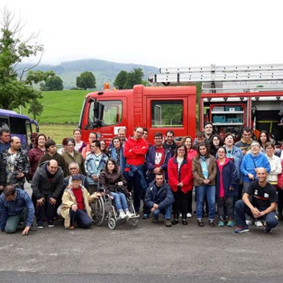 Grupo de alumnos en el parque de bomberos