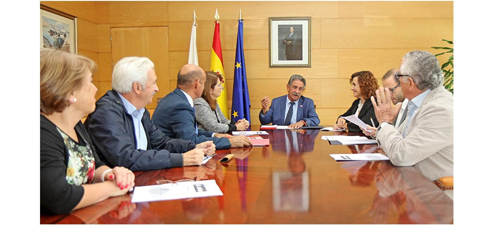 Imagen de la reunión de hoy en la sede del Gobierno de Cantabria (FOTO: Natalia Rasillo)