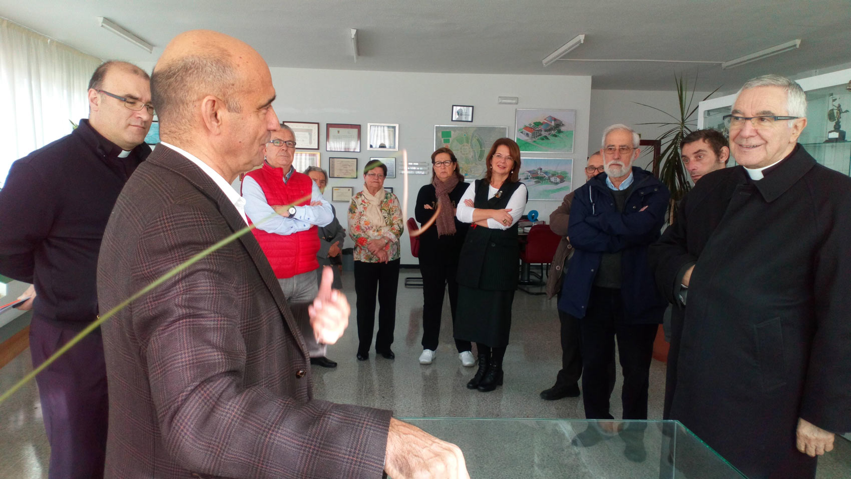 Visita del Obispo de la diócesis de Santander al Centro de Recursos de Amica