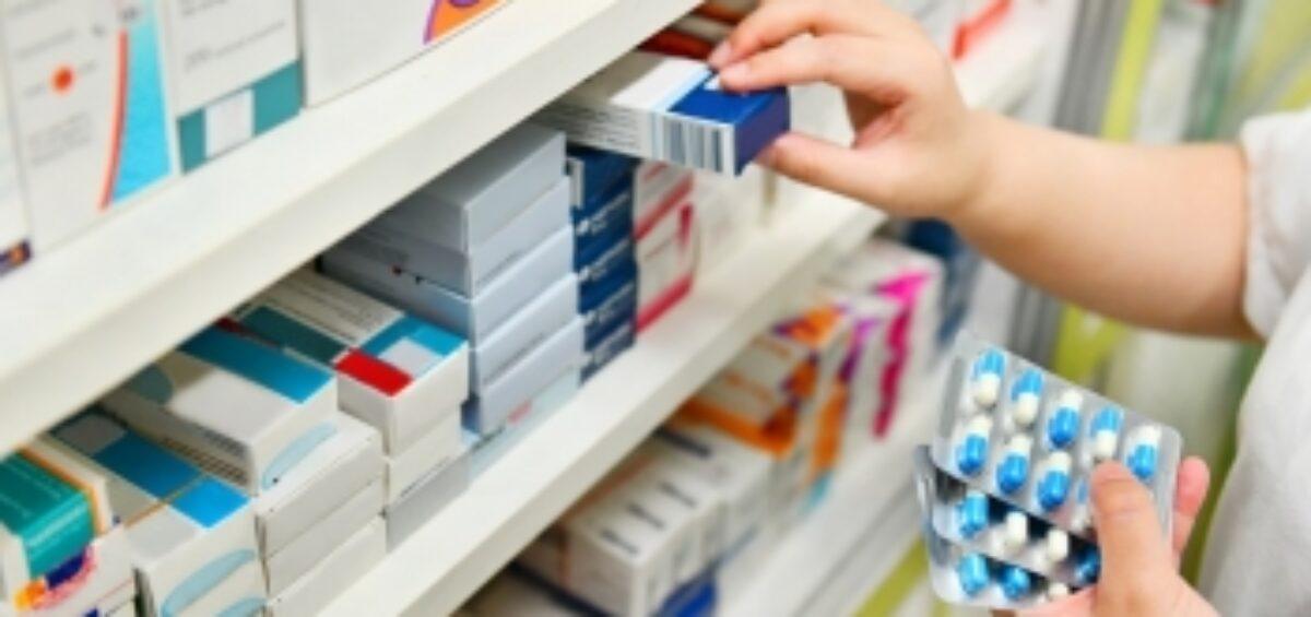 Medicamentos en estanteria farmaceutica